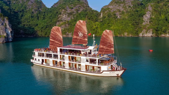 Pelican Cruise - No 18 Halong Bay Family Cruises