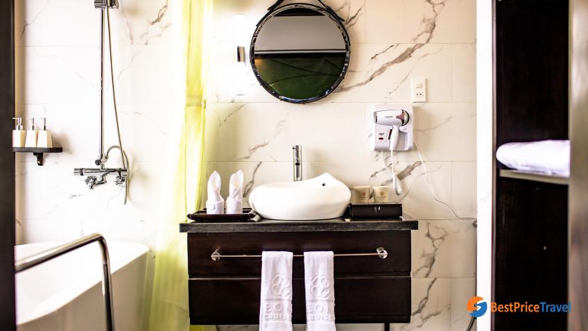 Peony Deluxe Double Bathroom