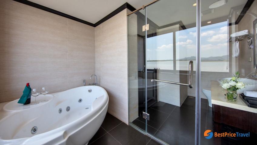 Mon Chéri Suite Bathroom