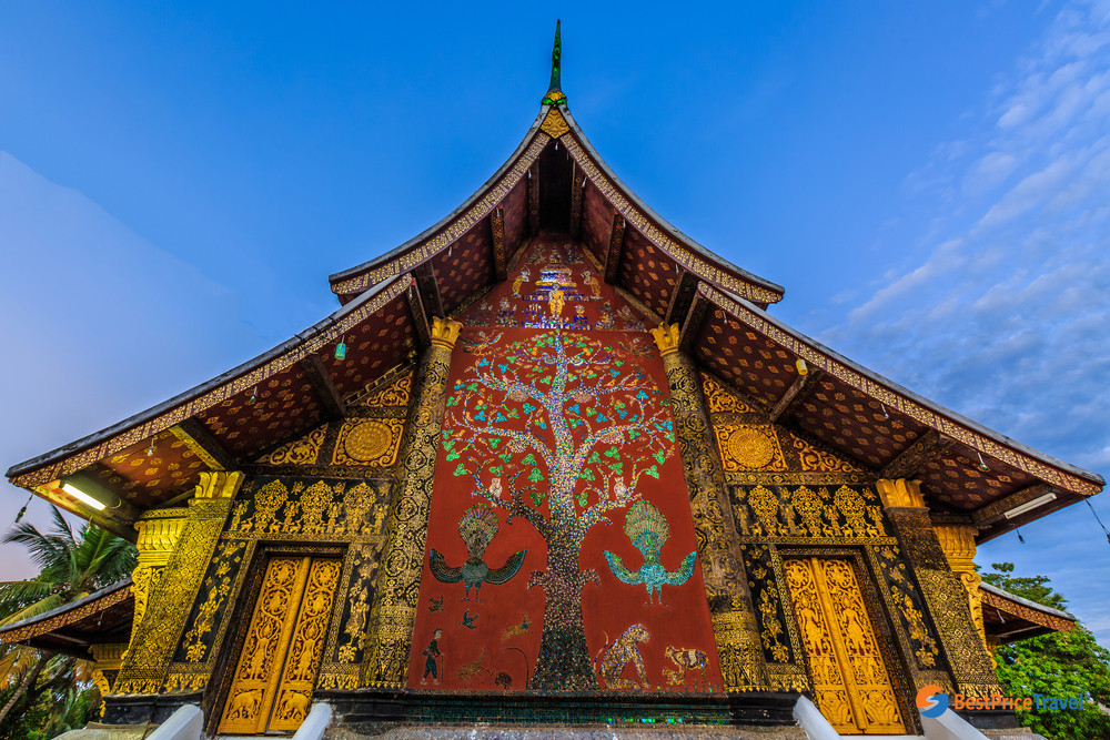 The elaborate mosaic patterns and wall carvings in Wat Xieng Thong
