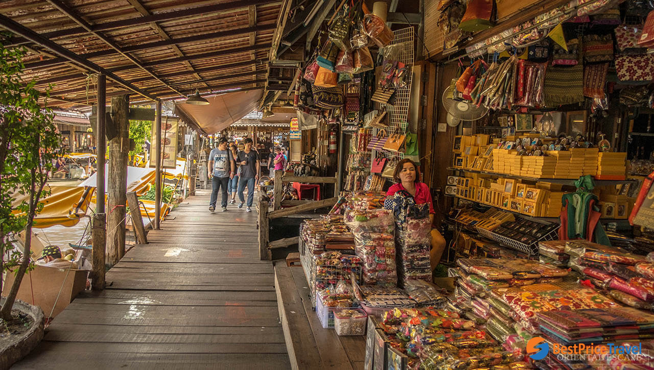 Souvenirs at Pattaya floating market