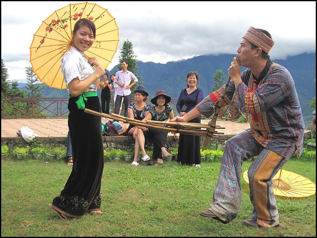 Khen dancing in Sapa love market