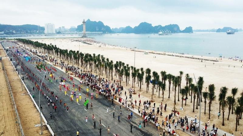 Get to Bai Chay Beach
