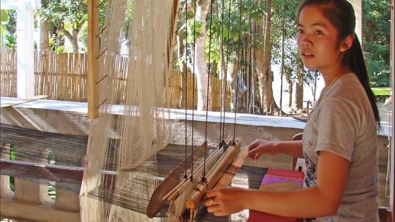 Weaving process in Ban Xangkhong