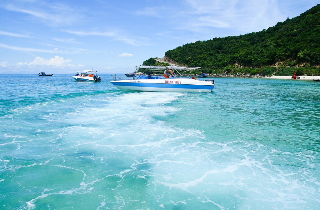 Travelling by speedboat to Cu Lao Cham island
