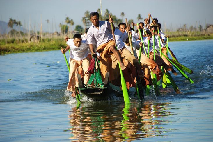 Leg-rowing boat racing