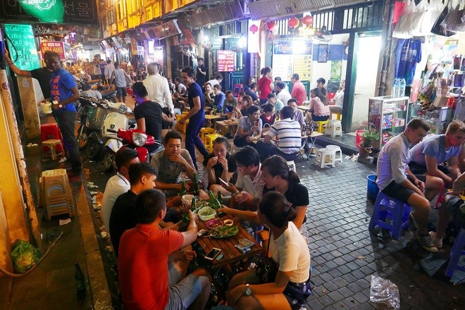 Tourists eat out late at night in Hanoi - Foodie in Vietnam