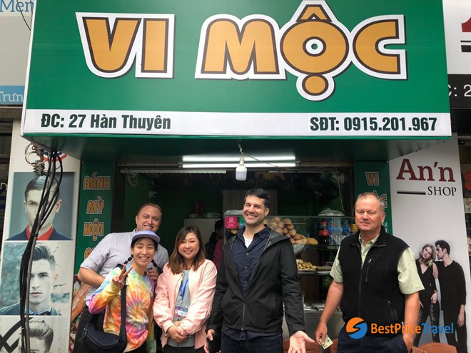 """Reuters's reporters buying """"Banh My"""" (Vietnamese Baguette) on Hanoi's street"""