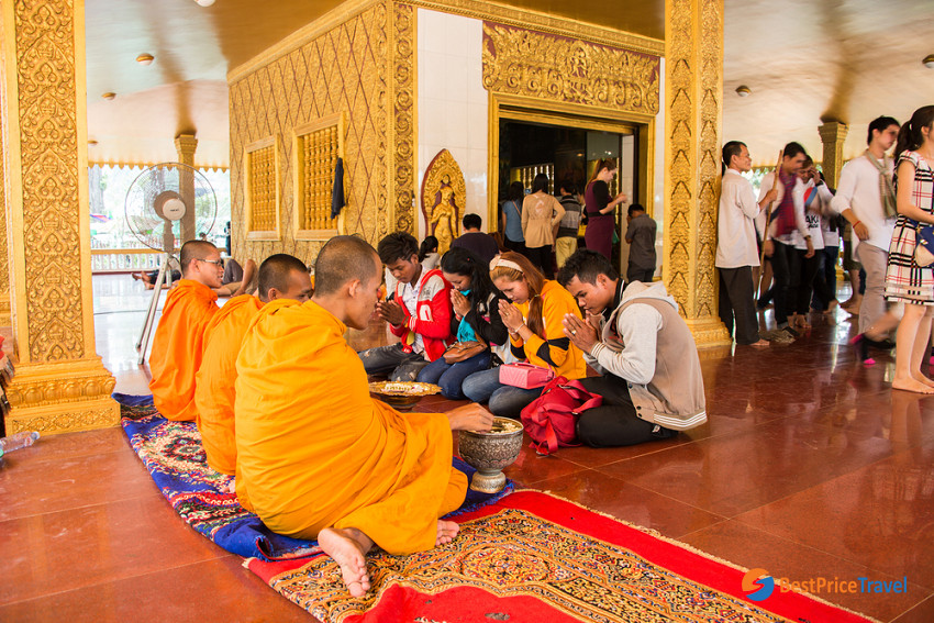 Cambodian come to shrine in Khmer New Year