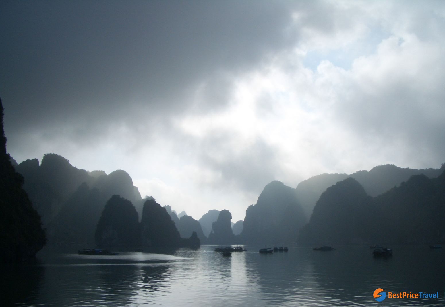 Storm in Halong Bay - reasons for the cancellation of Halong Bay cruise