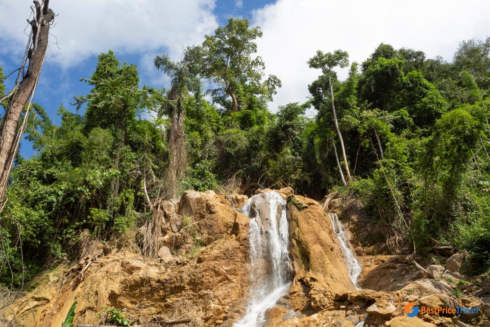 Trekking to The 100 Waterfalls