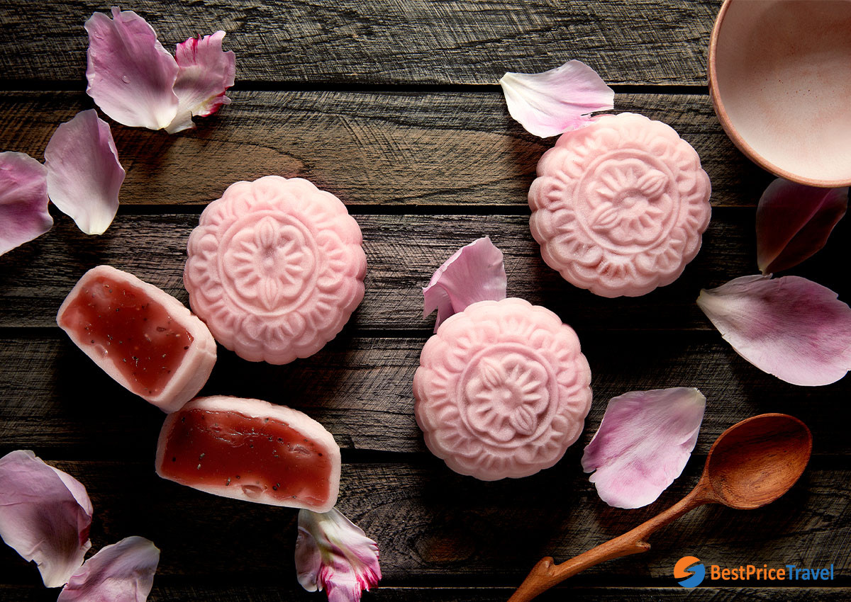 Snow skin mooncakes usually have colorful decorations - Vietnamese mooncakes flavors