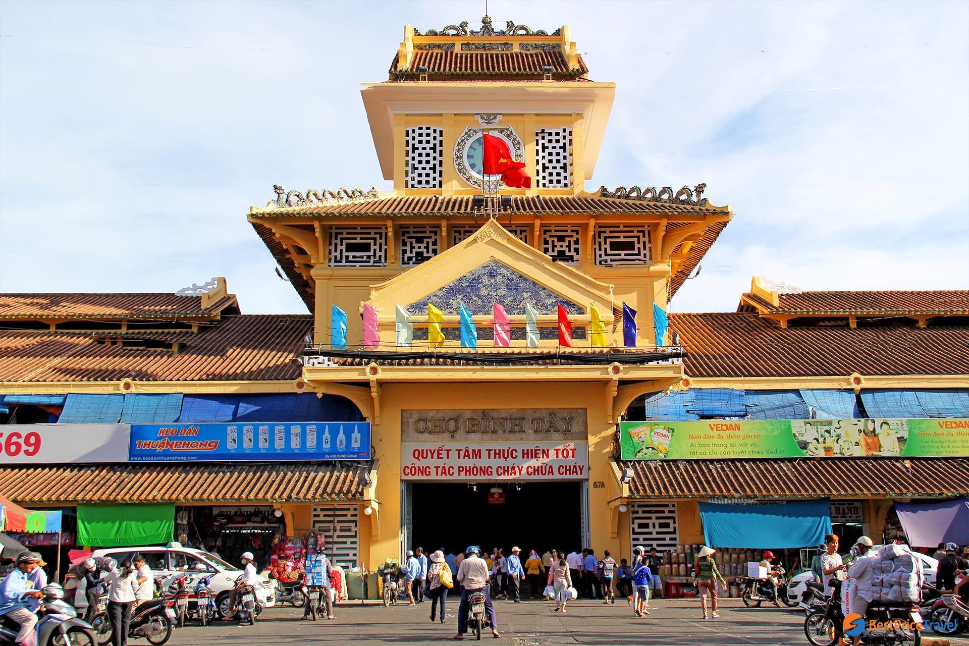 Binh Tay market has fresh foods at reasonable prices