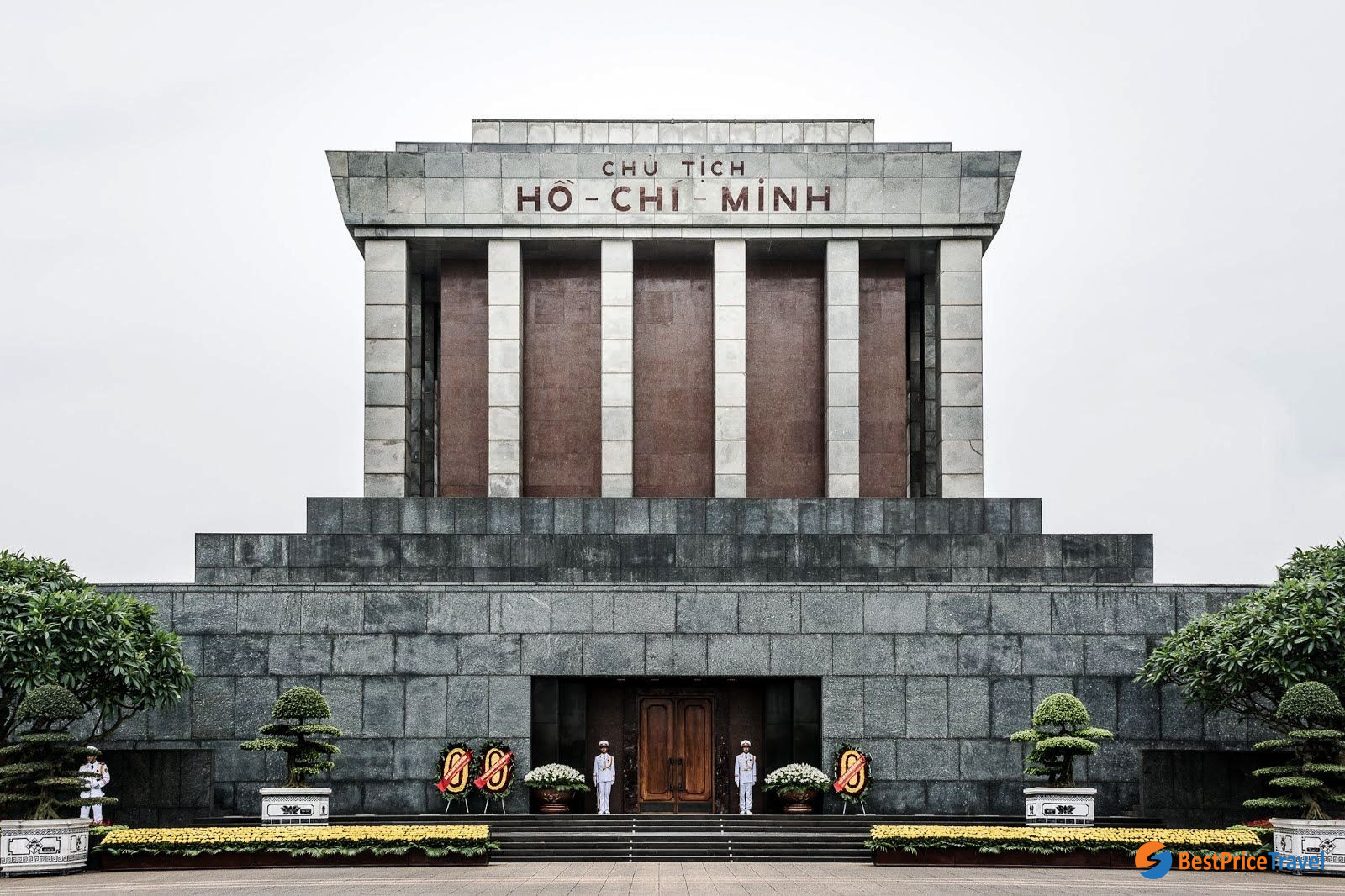Dress with respect when visiting Ho Chi Minh mausoleum