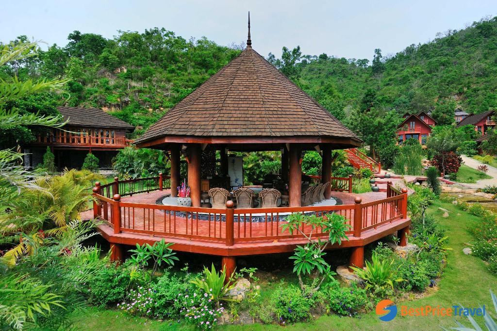 6. Pristine Lotus Resort Inle 5*
