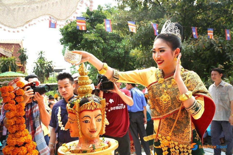 Worshiping the Buddha is an important ritual activities in Boun Pi Mai