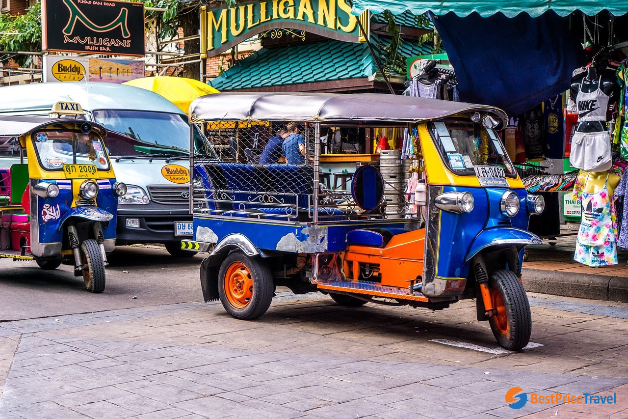 Use tuk-tuk to save for your travel in Thailand