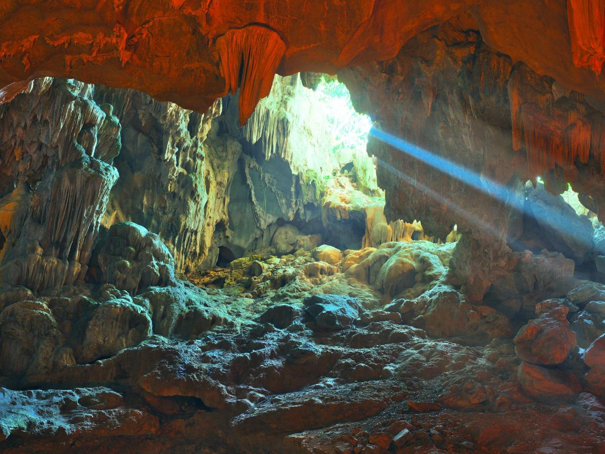 Dau Go Cave - Worth visiting cave in Halong Bay