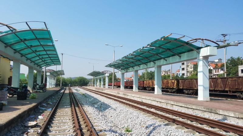 Yen Vien station - the departureof Hanoi to Halong train