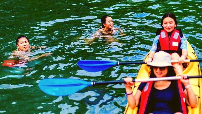 Kayaking in Cong Do Halong Bay