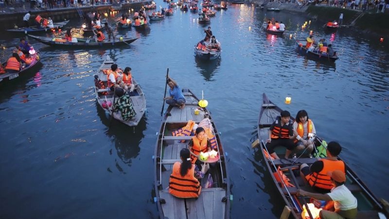Enjoy a boat tour on the poetry Hoai River