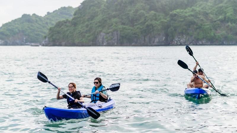 Kayaking of Halong Bay cruise overnight